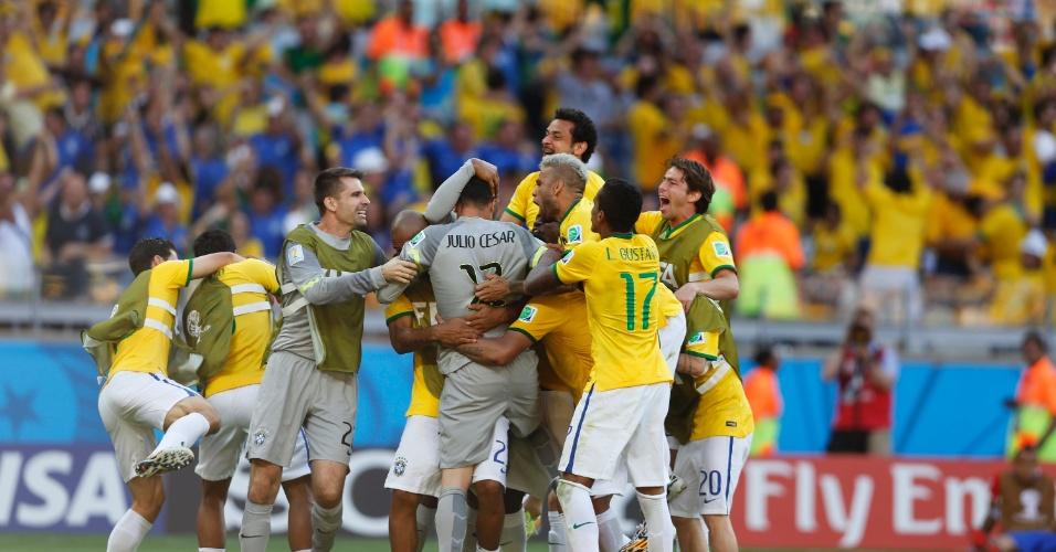 Julio Cesar comemora com os companheiros após ser o herói da classificação nos pênaltis para o Brasil