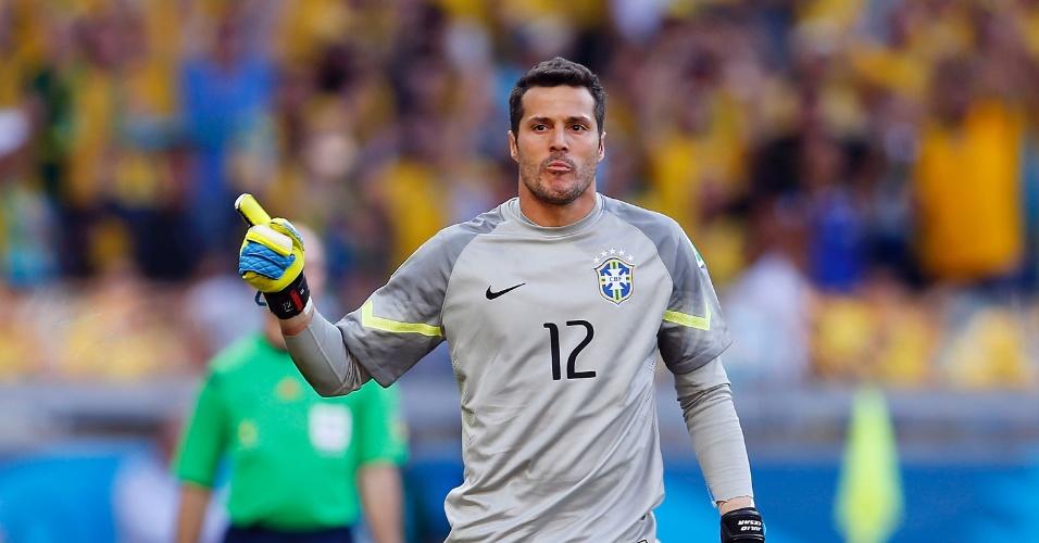 Julio Cesar comemora uma de suas defesas; goleiro foi o herói da classificação brasileira contra o Chile