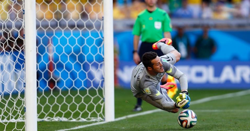 Júlio César defende cobrança de pênalti do Chile pelas oitavas de final da Copa, no Mineirão