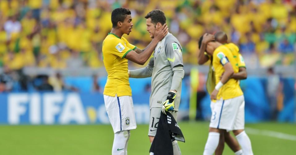 Julio Cesar é encorajado por Luiz Gustavo antes dos pênaltis contra o Chile; goleiro chorou durante o intervalo