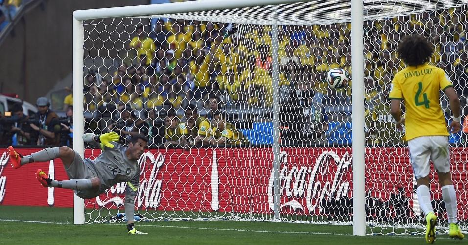 Julio Cesar faz defesa a queima roupa e salva o Brasil de tomar segundo gol do Chile