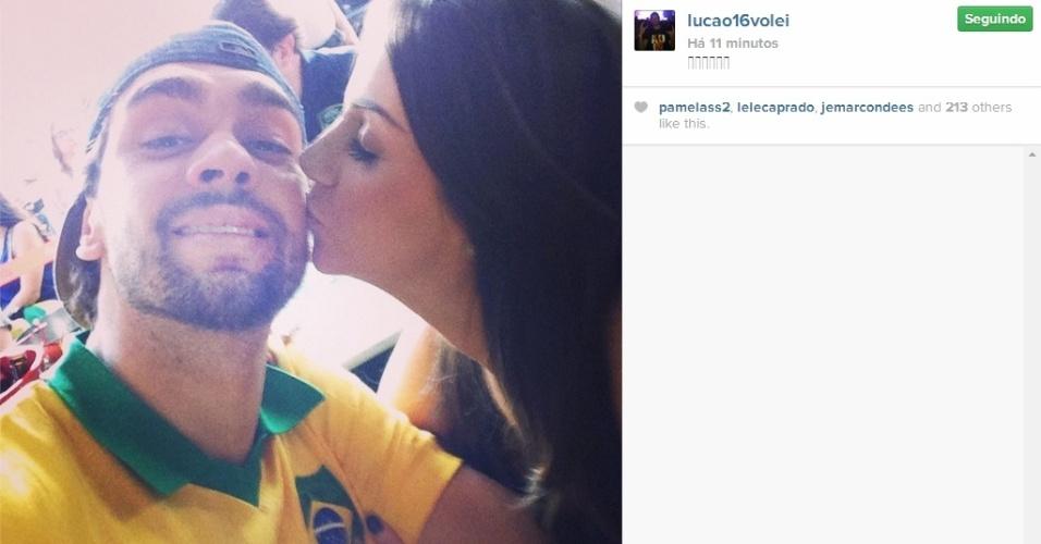 Lucão, da seleção brasileira de vôlei, acompanha com a namorada o jogo entre Brasil x Chile