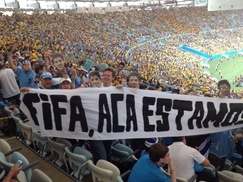 Luisitos Suárez vão ao Maracanã e levam faixa provocativa à Fifa para torcer pelo Uruguai contra a Colômbia