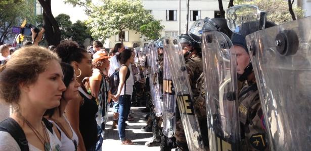 Manifestantes encaram policiais durante protesto em Belo Horizonte