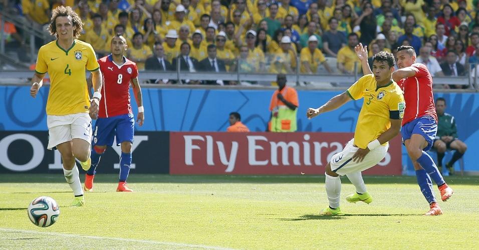 Marcado de perto por Thiago Silva, chileno Alexis Sánchez chuta e empata o jogo contra o Brasil, no Mineirão