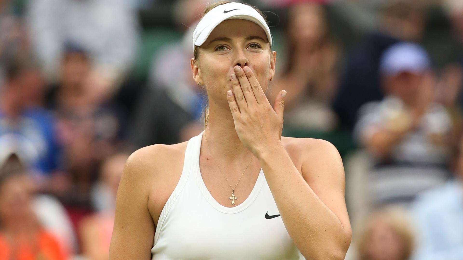 Maria Sharapova comoemora vitória sobre Alison Riske mandando beijinho para a torcida de Wimbledon