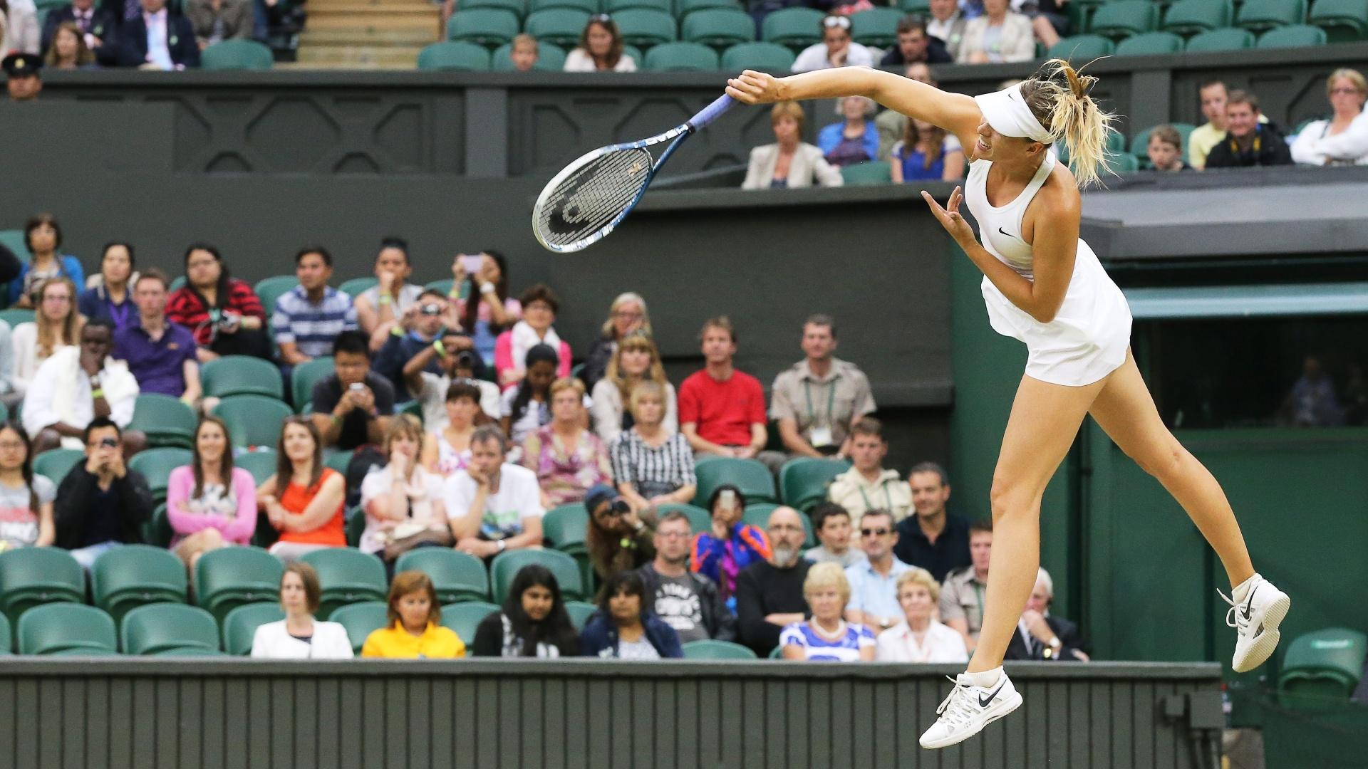 Maria Sharapova em ação contra a americana Alison Riske no torneio de Wimbledon