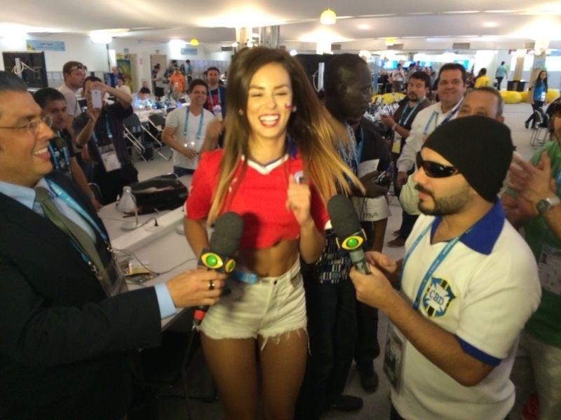 Modelo chilena Jhendelyn Nuñes participa de gravação com o programa Pânico na sala de imprensa do Mineirão