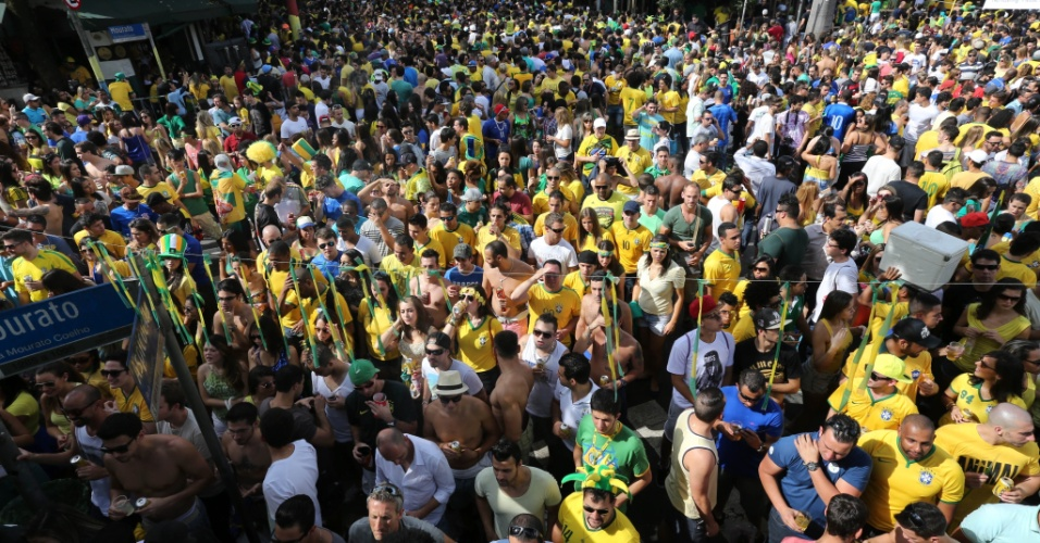 Multidão de torcedores se reúne na Vila Madalena para assistir à partida do Brasil contra o Chile