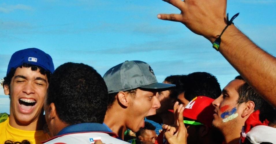 Na Fan Fest de Salvador, brasileiros comemoram classificação às quartas de final ao lado de torcedores chilenos