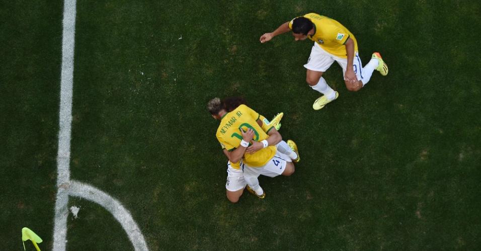 Neymar abraça David Luiz, após o Brasil abrir o placar contra o Chile no Mineirão