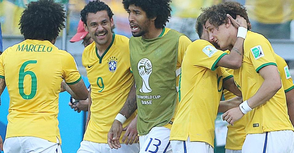 Neymar abraça David Luiz após o primeiro gol do Brasil contra o Chile, no Mineirão