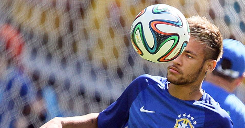 Neymar brinca com a bola durante aquecimento da seleção para a partida contra o Chile, no Mineirão