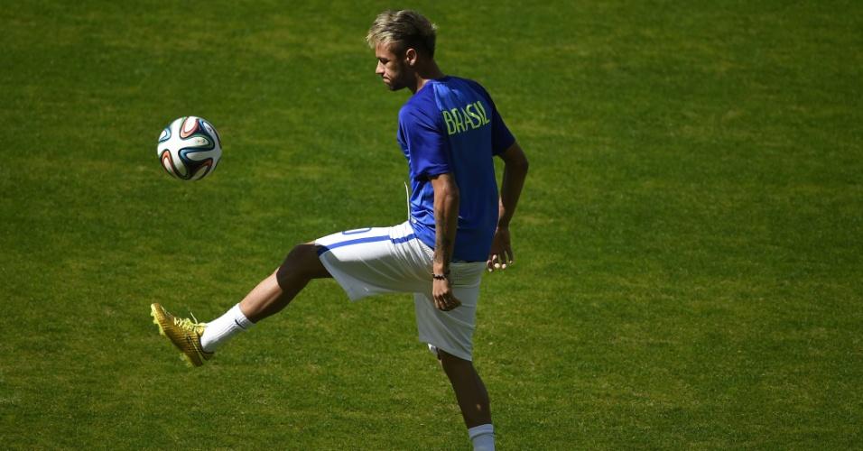 Neymar brinca com a bola no aquecimento feito no gramado do Mineirão