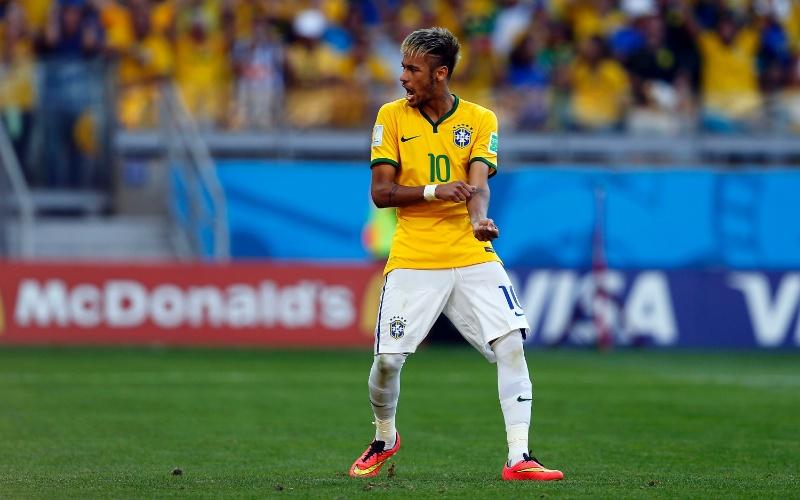 Neymar comemora o seu pênalti convertido, o último cobrado pelo Brasil na vitória dramática contra o Chile