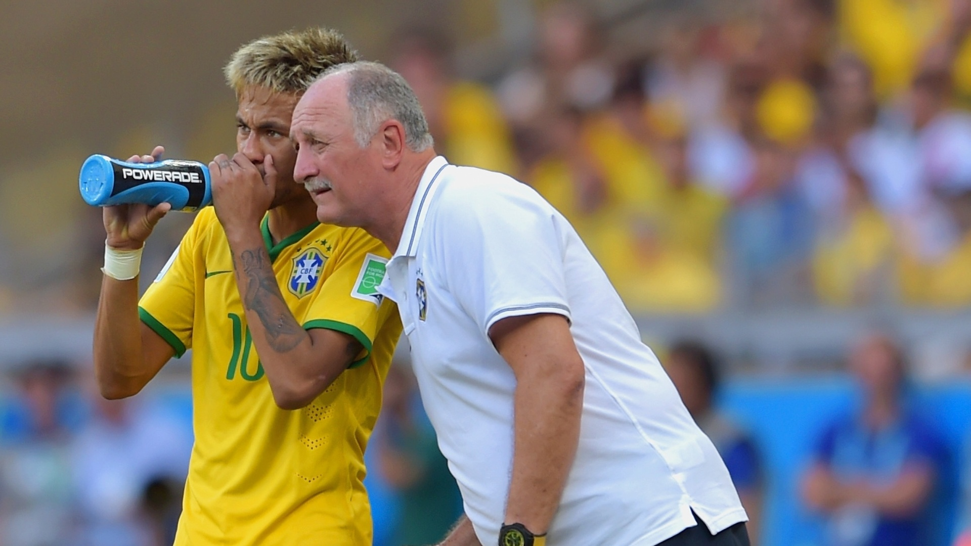Neymar conversa com Felipão, escondendo a boca para evitar leituras labiais
