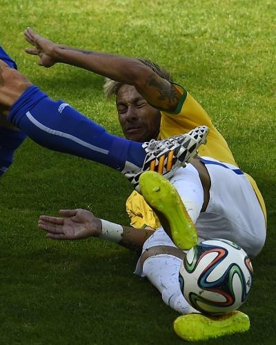 Neymar dá carrinho e é pego duramente por rival do Chile no começo de jogo no Mineirão