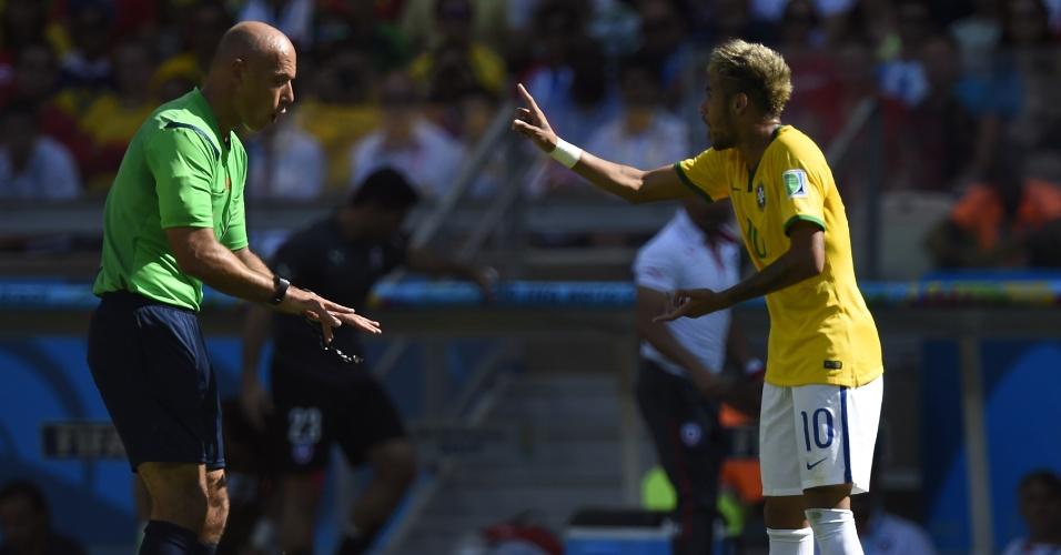 Neymar discute com o árbitro Howard Webb, durante o primeiro tempo do jogo contra o Chile, no Mineirão