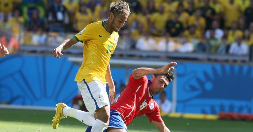 Neymar escapa da marcação de Gonzalo Jara, do Chile, durante o jogo no Mineirão