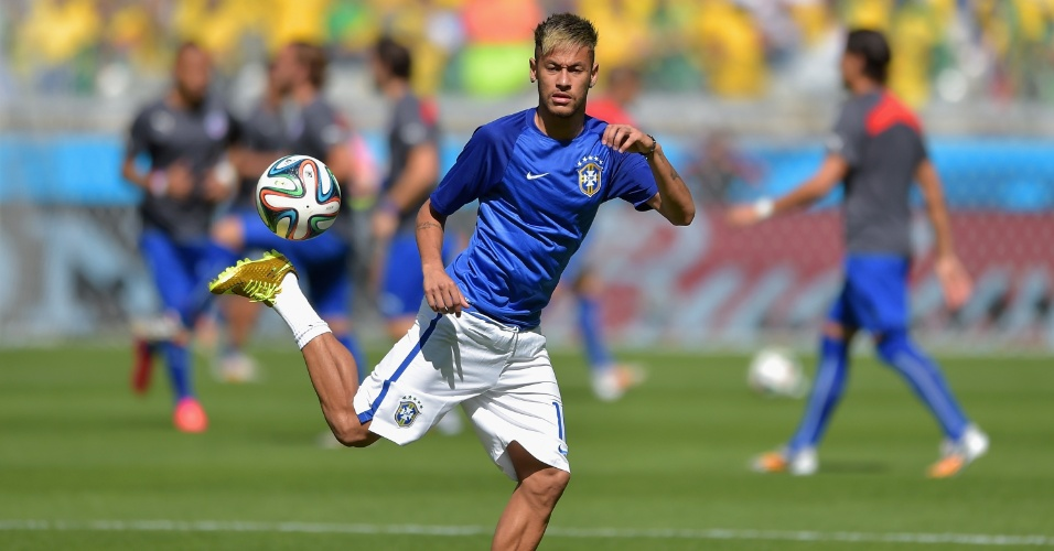 Neymar faz graça com a bola no aquecimento para a partida contra o Chile, em Belo Horizonte