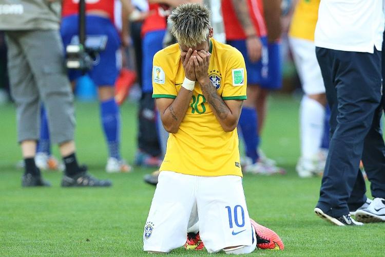 Neymar faz sua prece nos pênaltis entre Brasil e Chile; Julio Cesar foi o herói da classificação brasileira