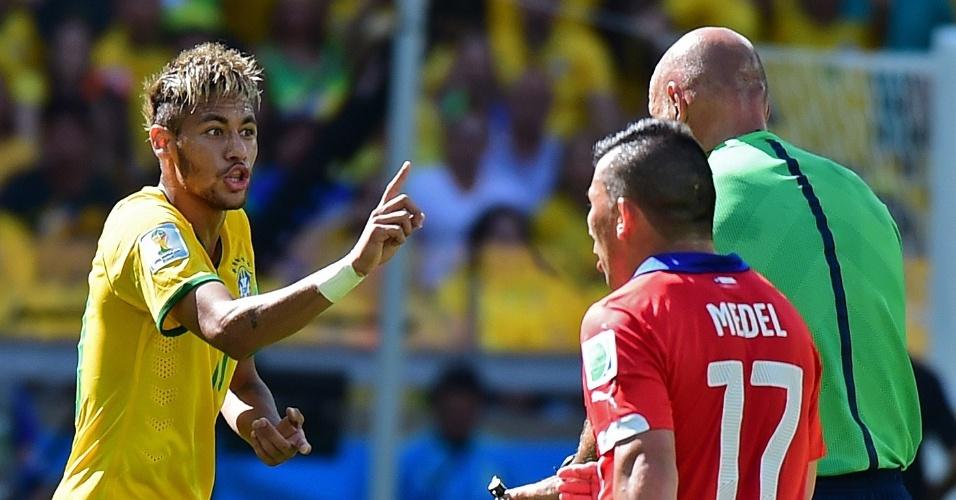 Neymar fica na bronca com o árbitro em lance do primeiro tempo no Mineirão