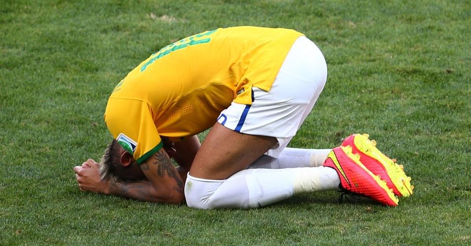 Neymar fica no chão e lamenta chance perdida durante o jogo contra o Chile, no Mineirão