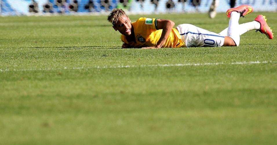 Neymar fica no chão em jogada contra o Chile