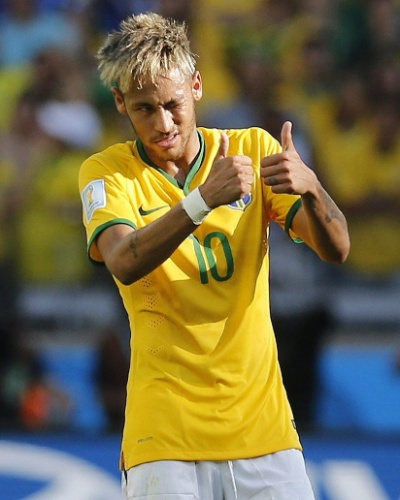 Neymar gesticula e faz sinal de positivo durante o confronto com o Chile, no Mineirão