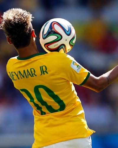 Neymar mata a bola no peito durante o jogo contra o Chile, pelas oitavas de final da Copa, no Mineirão