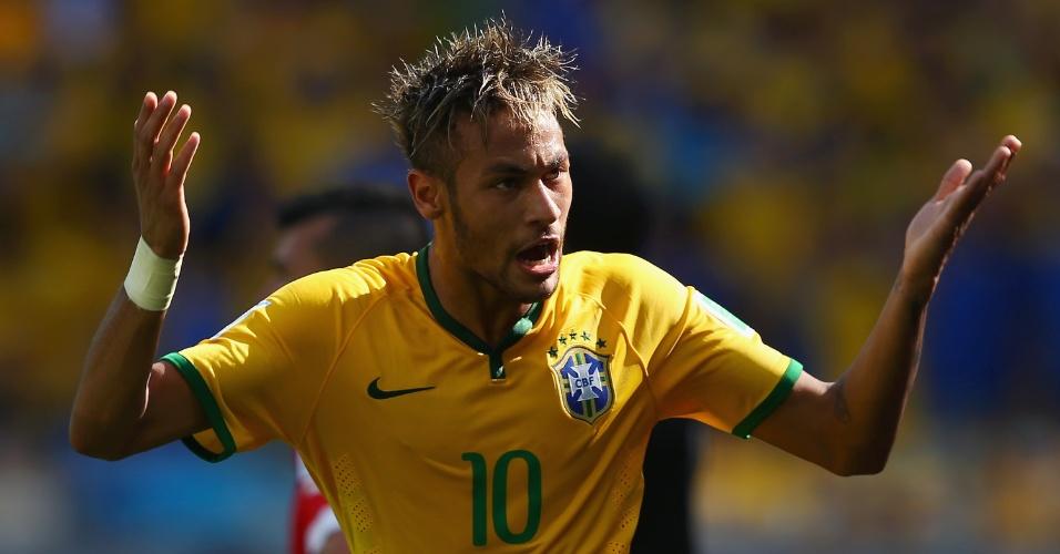 Neymar pede apoio da torcida durante o primeiro tempo contra o Chile, que acabou em 1 a 1