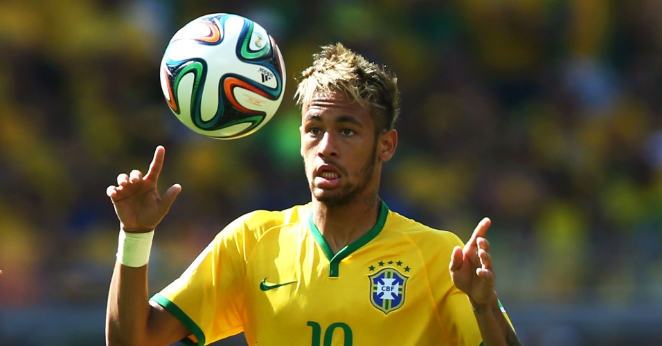 Neymar recebe a bola durante a tensa partida com o Chile, pelas oitavas de final da Copa