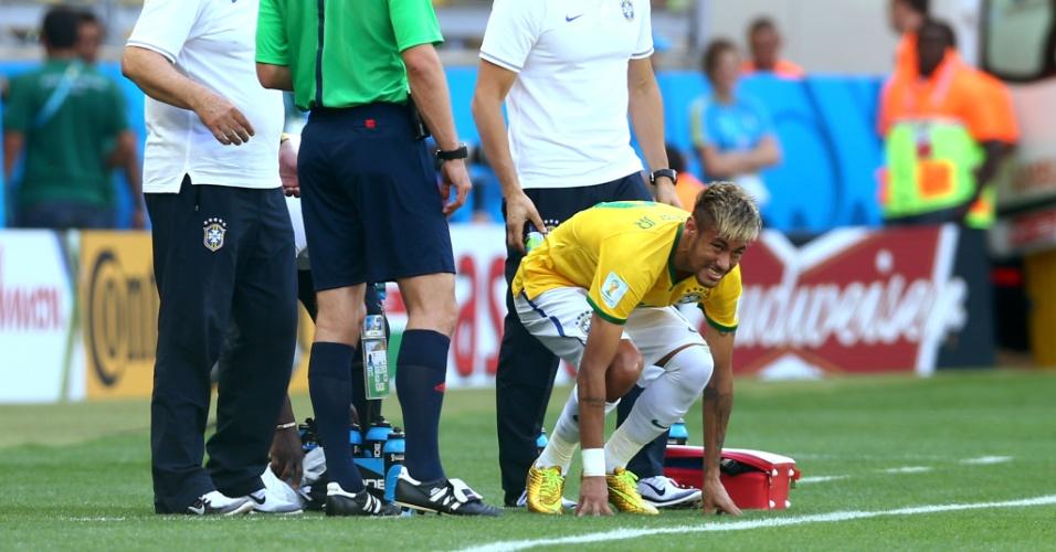 Neymar recebe atendimento após uma falta dura no começo de jogo contra o Chile