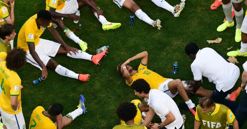 Neymar relaxa no gramado, antes de entrar em campo para a prorrogação no Mineirão