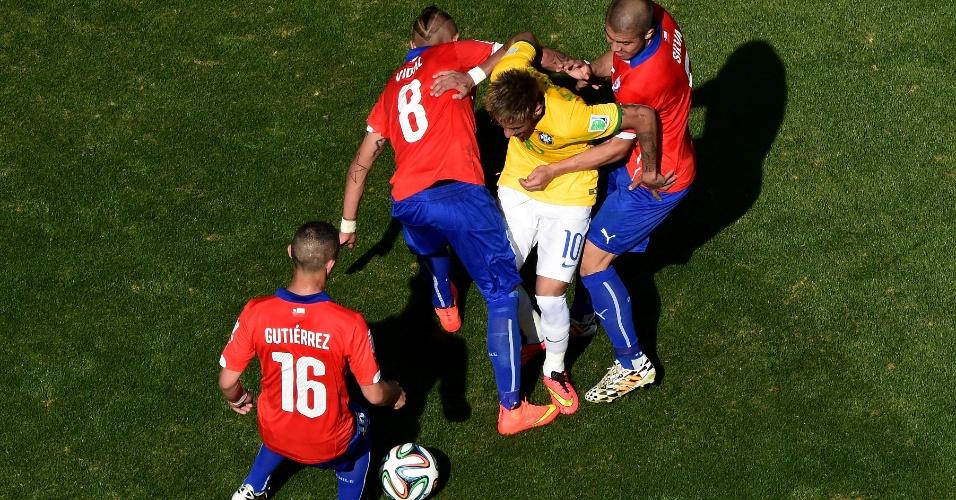Neymar tem dificuldades e se vê entre três chilenos durante jogada das oitavas de final no Mineirão