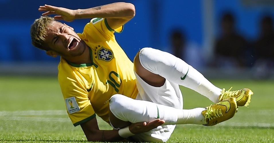 Neymar vai ao chão e leva a mão à perna após sofrer falta no primeiro tempo de jogo contra o Chile