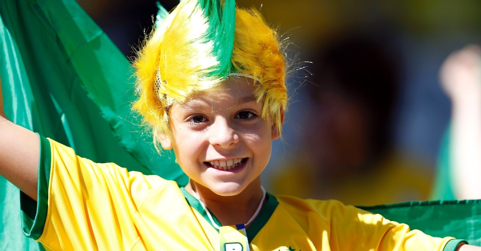Pequeno torcedor brasileiro se diverte antes da partida contra o Chile no Mineirão