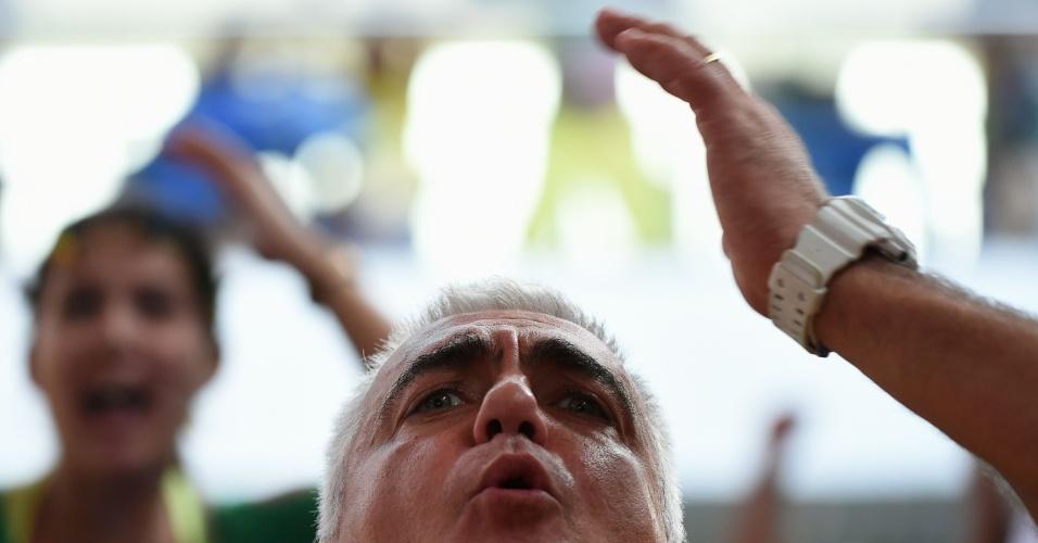 Reação dos torcedores: homem bravo na Mangueira