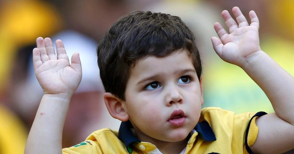 Reação dos torcedores: no Mineirão, mãos ao alto com garotinho