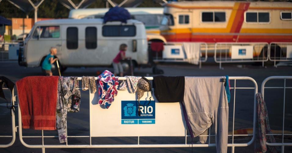 Roupas estendidas do lado de fora do sambódromo do Rio de Janeiro, locado para desafogar a concentração de pessoas abrigadas nas praias de Copacabana e Ipanema