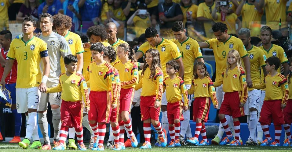Seleção brasileira entra em campo para a partida contra o Chile, no Mineirão, pelas oitavas de final da Copa