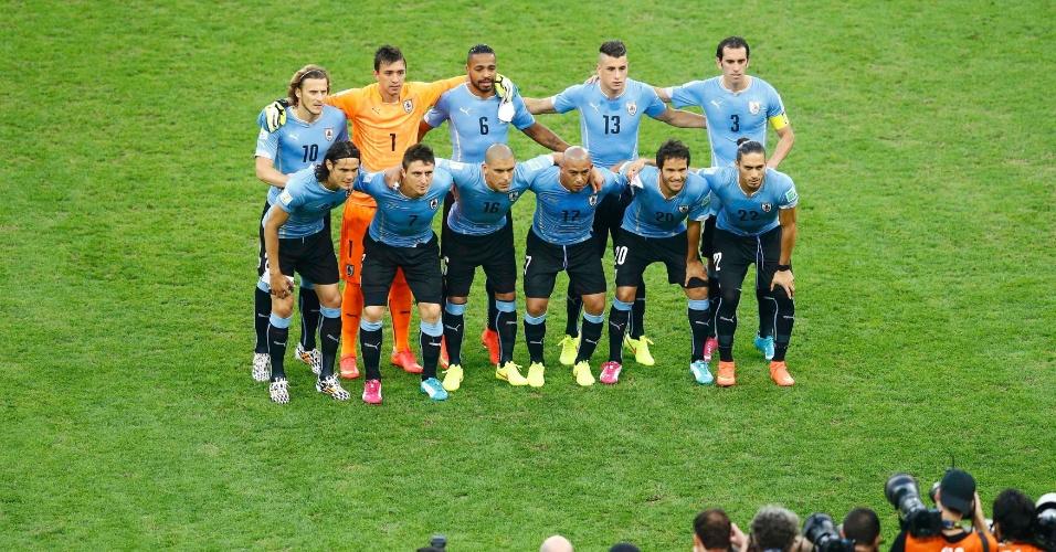 Seleção uruguaia posa para foto oficial antes de jogo contra a Colombia