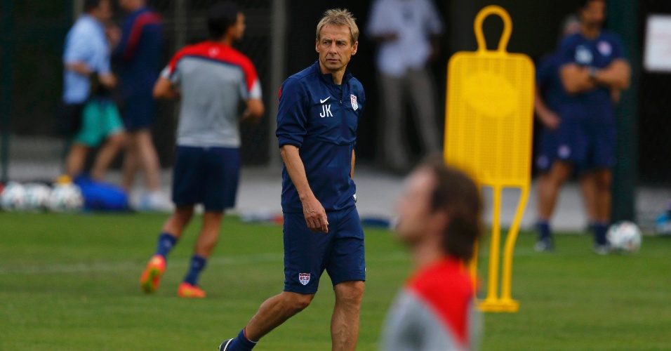 Técnico Jüergen Klinsmann observa treino da seleção dos Estados Unidos em São Paulo