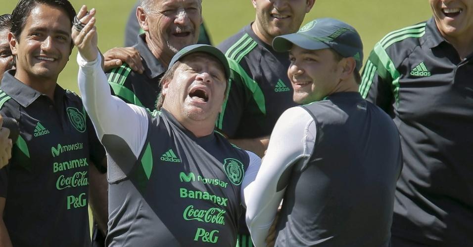Técnico mexicano Miguel Herrera rouba a cena durante treinamento da seleção, no Castelão. Equipe enfrenta a Holanda neste domingo, pelas oitavas de final da Copa do Mundo