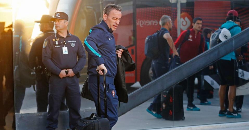 Técnico Paulo Bento, da seleção de Portugal eliminada da Copa do Mundo, em chegada a Lisboa