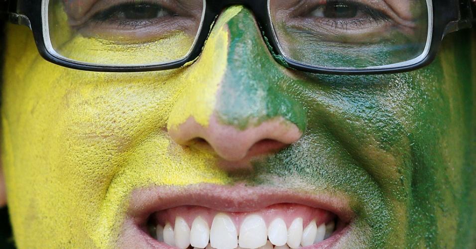 Torcedor brasileiro pinta o rosto com as cores do Brasil para o jogo contra o Chile no Mineirão