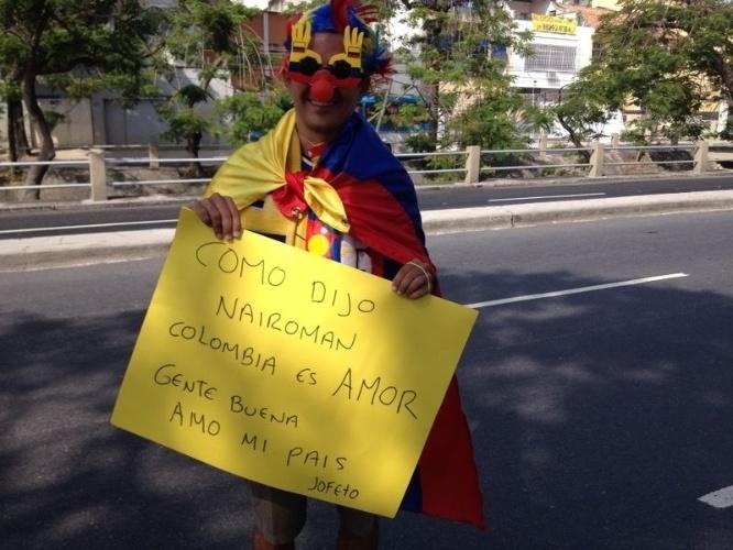 Torcedor colombiano exibe cartaz com referência ao ciclista Nairo Quintana