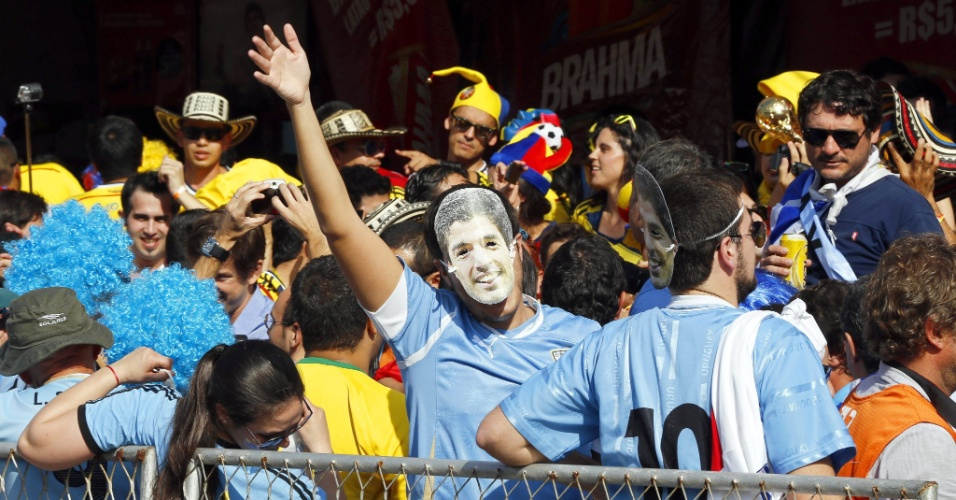 Torcedor com máscara de Luís Suárez acena na entrada do estádio Maracanã antes da partida entre Colômbia e Uruguai