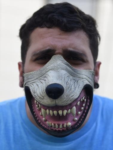 Torcedor do Uruguai usa máscara e exibe os dentes em alusão a mordida de Luis Suárez em Chiellini