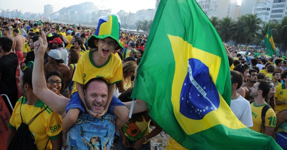 Torcedor exibe bandeira do Brasil na Fan Fest do Rio de Janeiro